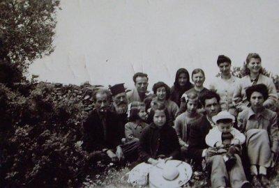 "<div ALIGN=""justify""> Το πανηγύρι του Αγίου Ιωάννου-8 Μαίου 1959. Διακρίνονται ο παπα-Κωνσταντής Αγιασωτέλλης, ο Μιχάλης Βερβέρης, ο Κωνσταντίνος Θαλασσέλλης καιο  Νικόλας Καλδέλλης με τις οικογένειες τους. </div>"