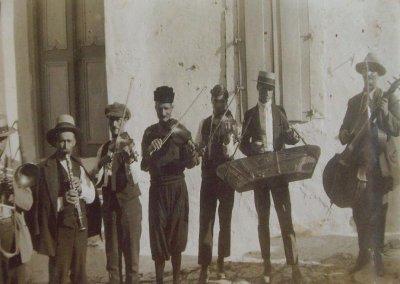 "<div ALIGN=""justify""> Η κομπανία του Μπορού. Από αριστερά: Εμμανουήλ Βουλέλλης (Τρομπόνι), Παναγιώτης Λιναρδής (Κλαρίνο), Κωνσταντίνος Γιαλούρης (Βιολί), Ευστράτιος Παντελέλης (Βιολί), Εμμανουήλ Παντελέλης (Βιολί), Παντελής Παντελέλης (Σαντούρι) και ο Δημήτριος Καλδέλης (Βιολαντσέλο).  </div>"