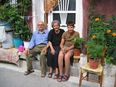 ΚΑΛΟΚΑΙΡΙ 2005: ΒΑΣΙΛΗΣ ΚΟΦΤΕΡΟΣ, ΠΕΡΣΕΦΟΝΗ ΚΟΦΤΕΡΟΥ,   ΓΙΩΡΓΟΣ ΑΣΠΡΟΛΟΥΠΟΣ, ΕΞΩ ΑΠ' ΤΟ ΣΠΙΤΙ ΤΟΥΣ