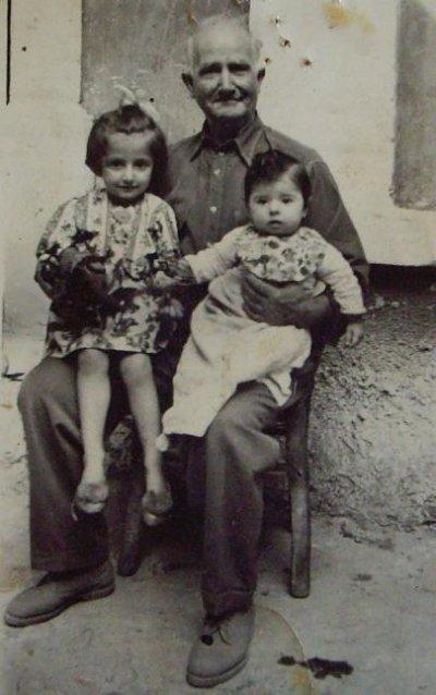 "<div ALIGN=""justify""> Ο παπούς Δημήτρης Καλδέλλης με τις εγγονές του Ζηνοβία και Βικτώρια </div>"