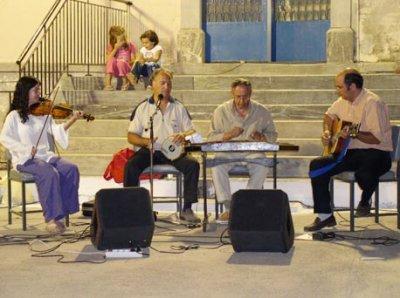 """<p class=""""small""""> <b>Μεσαγρός, Γέρα, 19/8/04, εκδήλωση Παγγεραγωτικού Συλλόγου</b> <br /> Πρόσφατη φωτογραφία με τους &quot;Μυτιληνιούς&quot;. Από αριστερά Γιάννα Μαϊστρέλλη (βιολί), <br /> Κώστας Καλδέλης (τραγούδι, τουμπελέκι), Δημήτρης Κοφτερός (σαντούρι) <br /> Παναγιώτης Αγιακάτσικας (κιθάρα)  </p>"""